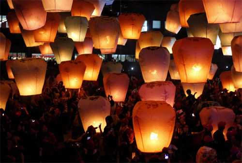 "Here's a ""real"" photo of what's suppose to happen...maybe I should have added a tea light and waited til dark.PINGXI: People release sky lanterns ahead of the traditional Chinese Lantern Festival. reuters"